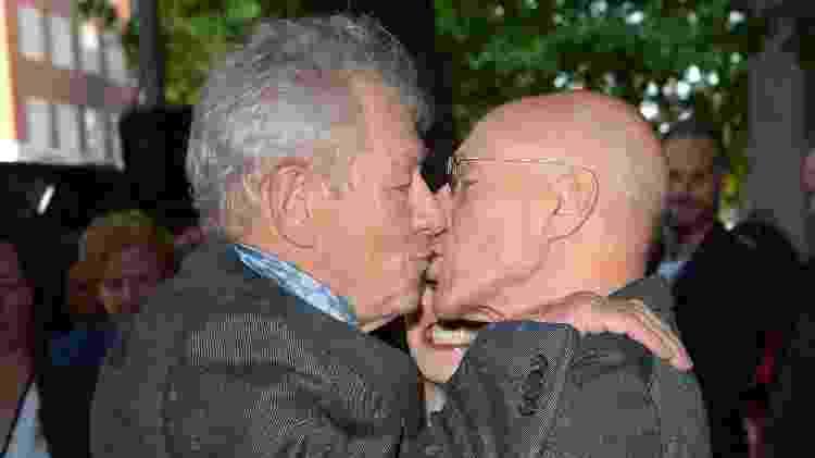 10.jun.2015 - Amigos de longa data, os atores Patrick Stewart e Ian McKellen se beijaram na estreia do filme 'Sr. Holmes' - Stuart C. Wilson/Getty Images  - Stuart C. Wilson/Getty Images