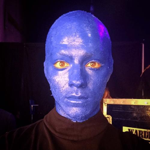 10.jun.2015 - O integrante do Jonas Brothers Joe Jonas se pinta de azul para ficar parecido com um performer do Blue Man Group e mostrou o visual em sua conta do Instagram, na madrugada desta quarta-feira