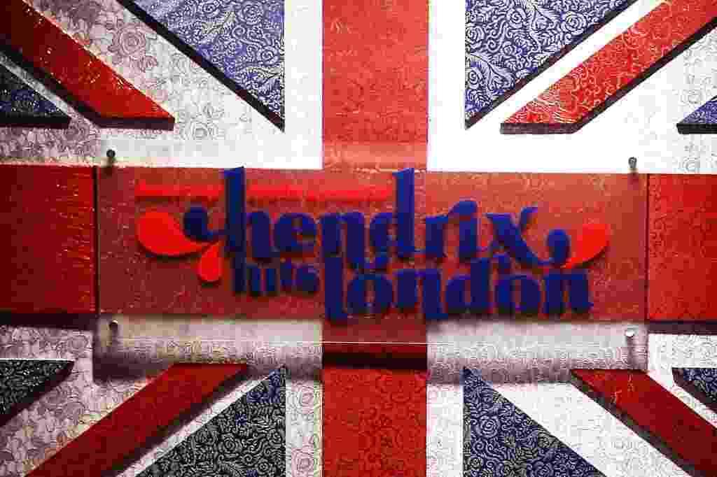 """9.jun.2015 - A mostra """"Hear My Train Comin Hendrix Hits London"""", em cartaz no Shopping JK Iguatemi, em São Paulo, chega apresentando peças da carreira do músico durante nove meses, entre 1966 e 1967, época em que estourou no mundo da música - Reinaldo Canato/UOL"""