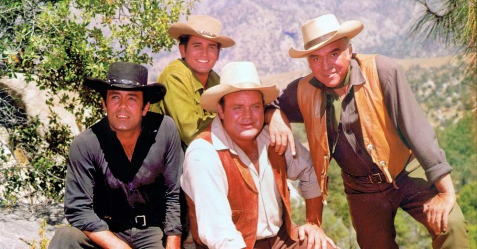 """""""Bonanza"""" (1959-1973): Uma das mais longevas séries de faroeste da TV americana, teve 14 temporadas. A família Cartwright, liderada por Ben (Lorne Greene), defende sua fazenda, o Rancho Poderosa, na cidade de Virgínia, de interesseiros e forasteiros, em histórias que envolviam mineração, banqueiros e rancheiros"""