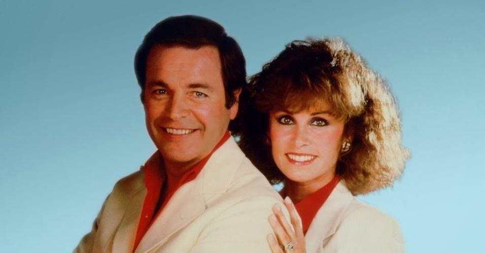 """""""Casal 20"""" (1979-1984): O rico e simpático casal Jonathan (Robert Wagner) e Jennifer Hart (Stephanie Powers) envolvidos na solução de mistérios e crimes de espionagem em viagens pelo mundo, tendo como ajudantes o mordomo Max (Lionel Stander) e o cãozinho Freeway"""