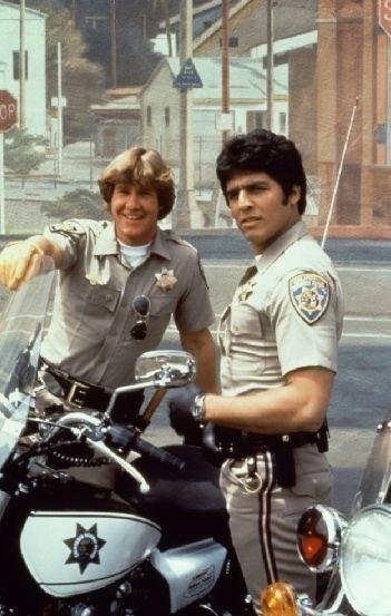 """""""CHiPs, os Patrulheiros"""" (1977-1983): As aventuras de dois policiais rodoviários em suas motocicletas, na Califórnia: John Baker (Larry Wilcox) e Frank Poncherello (Erick Estrada). A sigla """"CHiPs"""" quer dizer California Highway Patrol (Polícia Rodoviária da Califórnia). A série foi exibida com sucesso na TVS/SBT, a partir de 1982"""