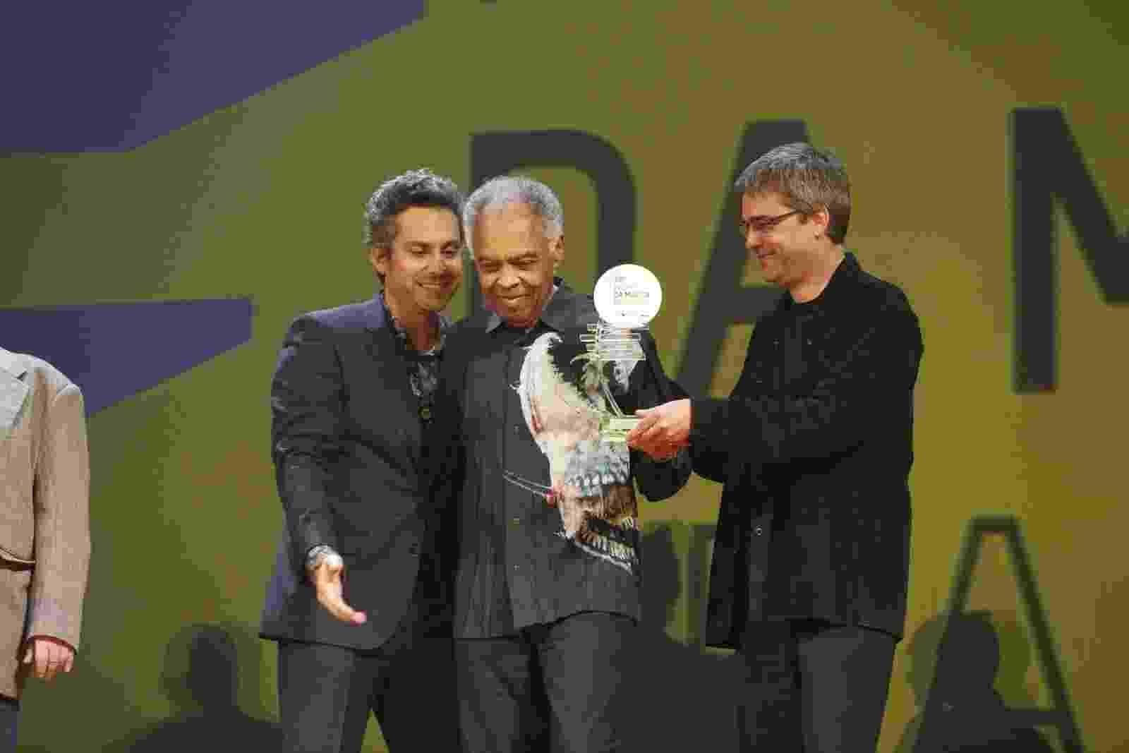 Junto com o ator Alexandre Nero (à esq.), o cantor Gilberto Gil recebe troféu no Prêmio da Música Brasileira - AgNews