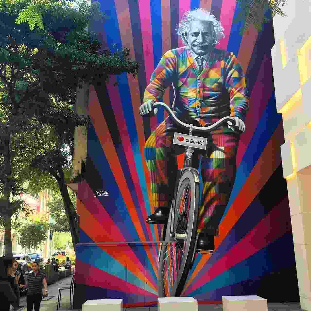 """O mais novo mural grafitado pelo artista paulistano Eduardo Kobra, inaugurado em maio na Rua Oscar Freire, em São Paulo. A obra """"Genial é Andar de Bike"""" retrata o físico alemão Albert Einstein (1879-1955) em cima de uma bicicleta e faz uma versão da famosa teoria da relatividade, E=mc², que virou <3 = Eu+Vc² - Arquivo Pessoal"""