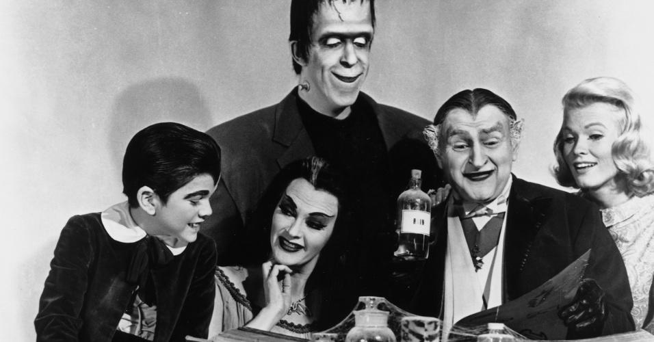 """""""Os Monstros"""" (1964-1966): Uma família engraçada formada por uma gente muito esquisita: o patriarca Herman Monstro (Fred Gwynne) parece um Frankenstein, a mulher, Lily (Yvonne de Carlo), é uma bela vampira, assim como o seu pai, o Vovô (Al Lewis), um vampirão. O filho do casal, Eddy (Butch Patrick), é um lobisomem menino. A única que destoa é a sobrinha Marilyn (Beverley Owen/Pat Priest), considerada """"feia"""" pelos demais membros da família"""