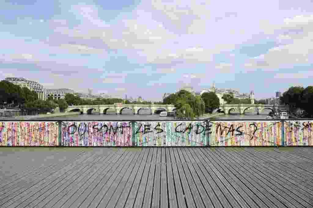 """Pixação pergunta: """"Onde estão os cadeados?""""; painéis foram instalados na famosa Pont des Arts de Paris, em Paris - Thomas Olivia/AFP PhotoPi"""