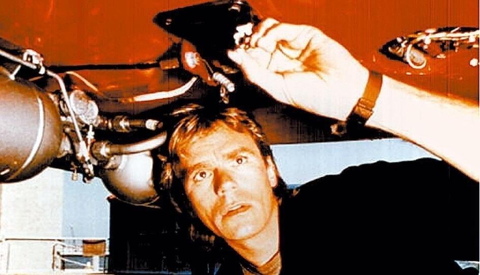 """""""Profissão Perigo"""" (1985-1992): O agente secreto Angus MacGyver (Richard Dean Anderson) combatia o crime sempre de forma inusitada e improvisada: dispensava armas e, com seu conhecimento científico, fazia uso dos recursos que tinha à sua volta, se livrando das armadilhas ou enfrentando seus opositores com canivetes, pedaços de fio de arame, isqueiros, chiclete etc."""