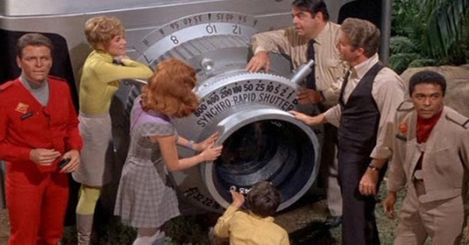 """""""Terra de Gigantes"""" (1968-1970): Uma nave tripulada em uma viagem espacial cai em um planeta desconhecido igualzinho à Terra, mas com uma diferença: de tamanho, tudo tem proporções gigantescas. Enquanto tentam consertar a nave para retornar para casa, o grupo de """"pequeninos"""" vive mil aventuras em meio aos gigantes"""