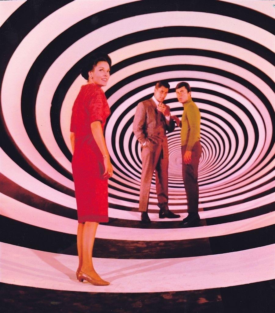 """""""Túnel do Tempo"""" (1966-1967): As viagens da dupla Tony Newman (James Darren) e Doug Phillips (Robert Colbert), que fica presa num espécie de túnel do tempo. Cada tentativa de resgatar o heróis é fracassada e eles vão parar em alguma época remota da história da Humanidade"""