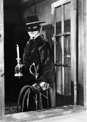 """""""Zorro"""" (1957-1959): As aventuras do lendário herói mascarado, aqui vivido pelo ator Guy Williams, que era a identidade secreta do bon vivant Don Diego de La Vega"""