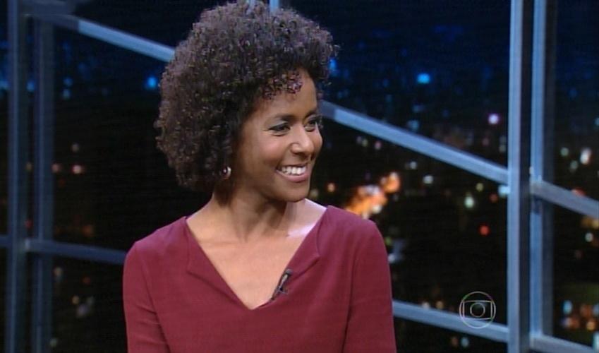 """10.jun.2015 - A jornalista e apresentadora Maria Julia Coutinho conversa com Jô Soares no """"Programa do Jô"""", desta quarta-feira"""