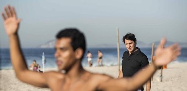 Cláudio Lins surge em Babilônia como Sérgio, que terá interesse no personagem de Marcello Melo Jr. (no 1º plano)