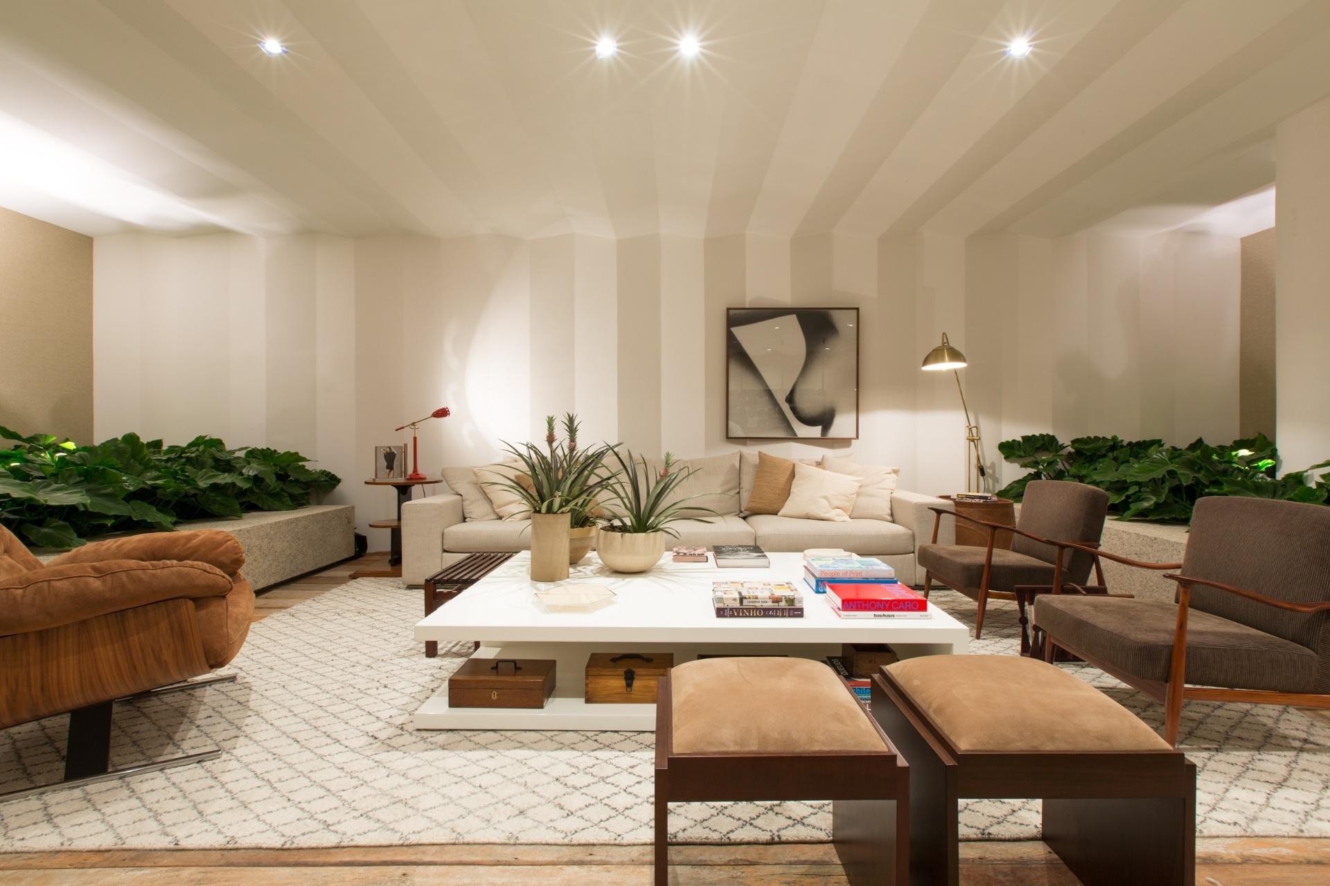 A proposta do arquiteto Erick Figueira de Mello foi criar um espaço onde as sensações de bem-estar e aconchego prevalecessem. No ambiente, o teto e parte da parede se assemelham a uma dobradura de papel, leves como os origamis japoneses. A Mostra Black fica em cartaz até dia 21 de junho de 2015, na Oca - pavilhão Lucas Nogueira Garcez, no Parque Ibirapuera, em São Paulo (SP)