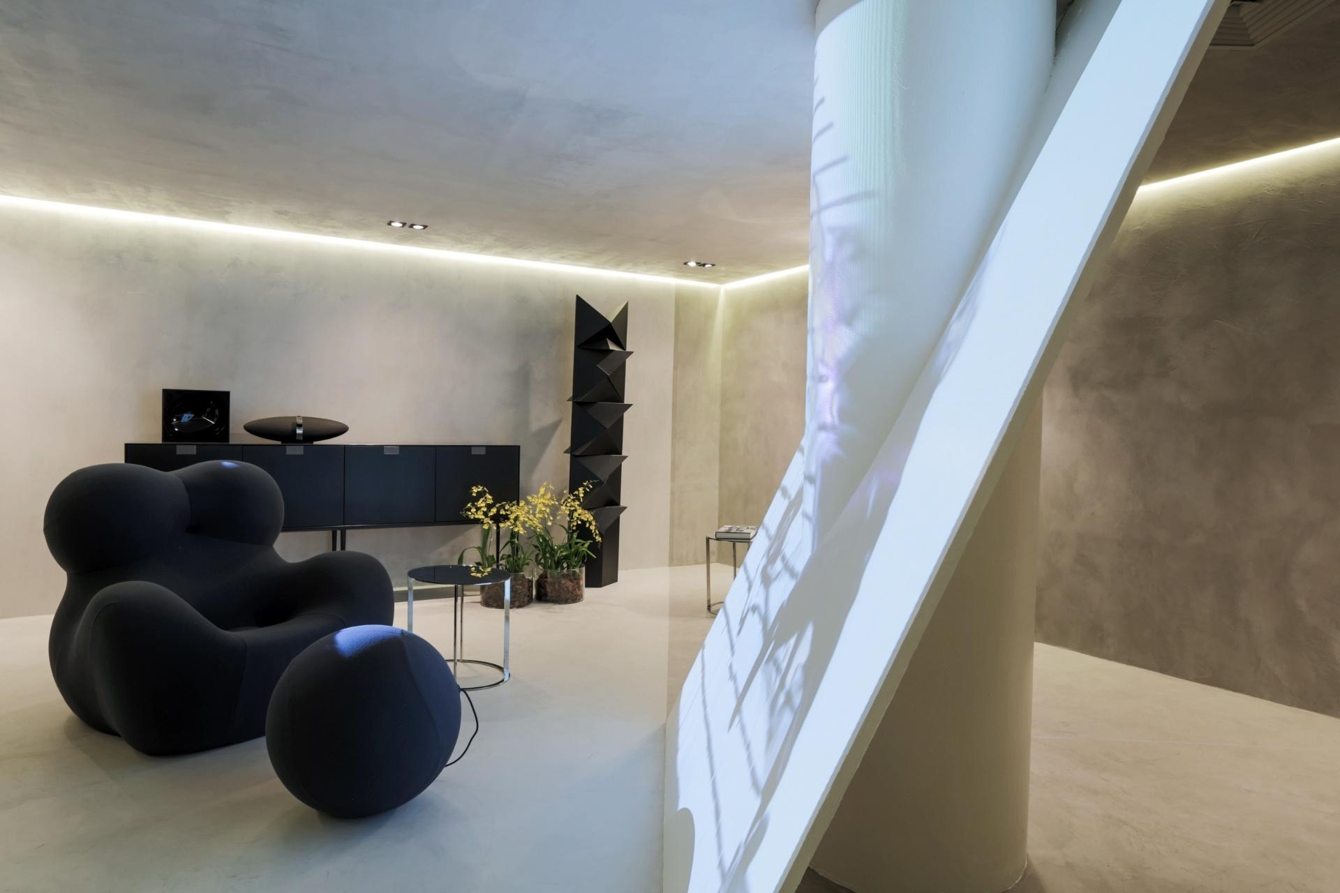 Branco, preto e tons de cinza definem a sala de estar assinada por Ricardo Bello Dias. O espaço é inspirado em um filme mudo, dirigido por Buster Keaton em 1920, intitulado
