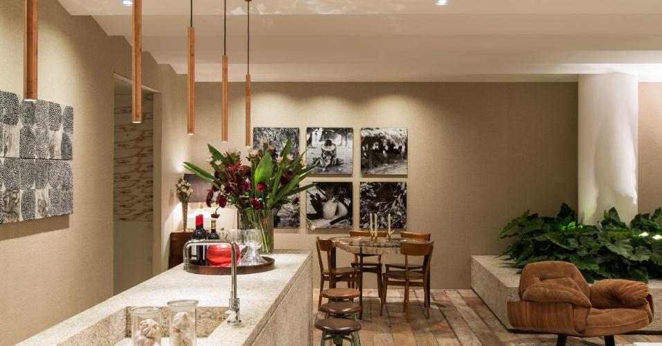 Com áreas de estar, jantar e cozinha, o espaço desenvolvido por Erick Figueira de Mello é composto de móveis