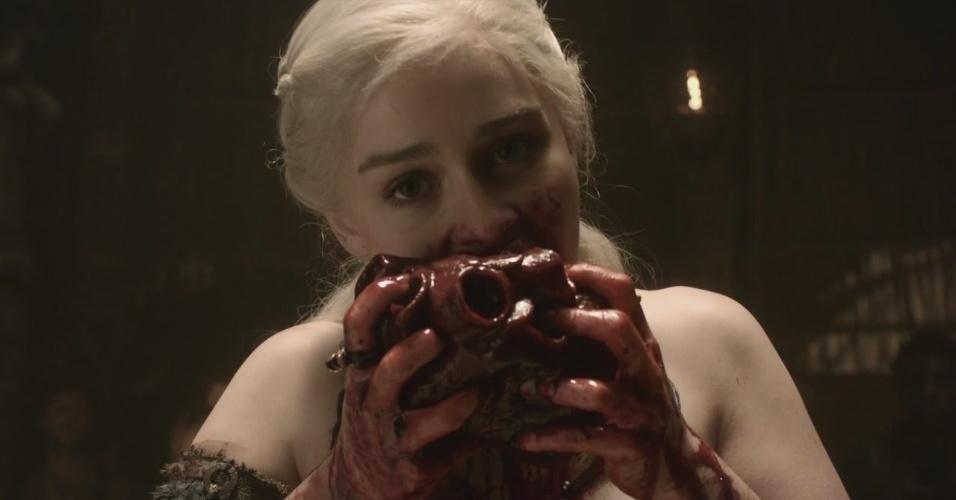 """Daenerys come coração de cavalo em """"Game of Thrones"""""""