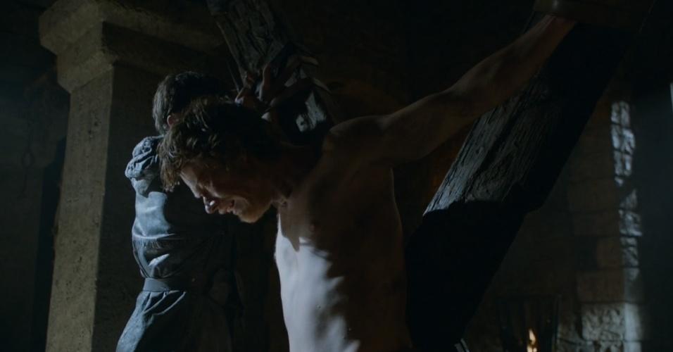 """Theon Greyjoy é torturado em """"Game of Thrones"""""""