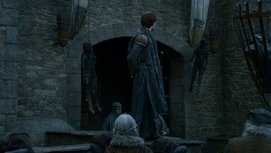 """Theon Greyjoy queima dois órfãos em """"Game of Thrones"""""""