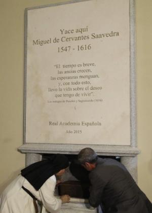 Momento do depósito dos restos mortais de  Miguel de Cervantes em monumento em Madri - J. J. Guillén/EFE