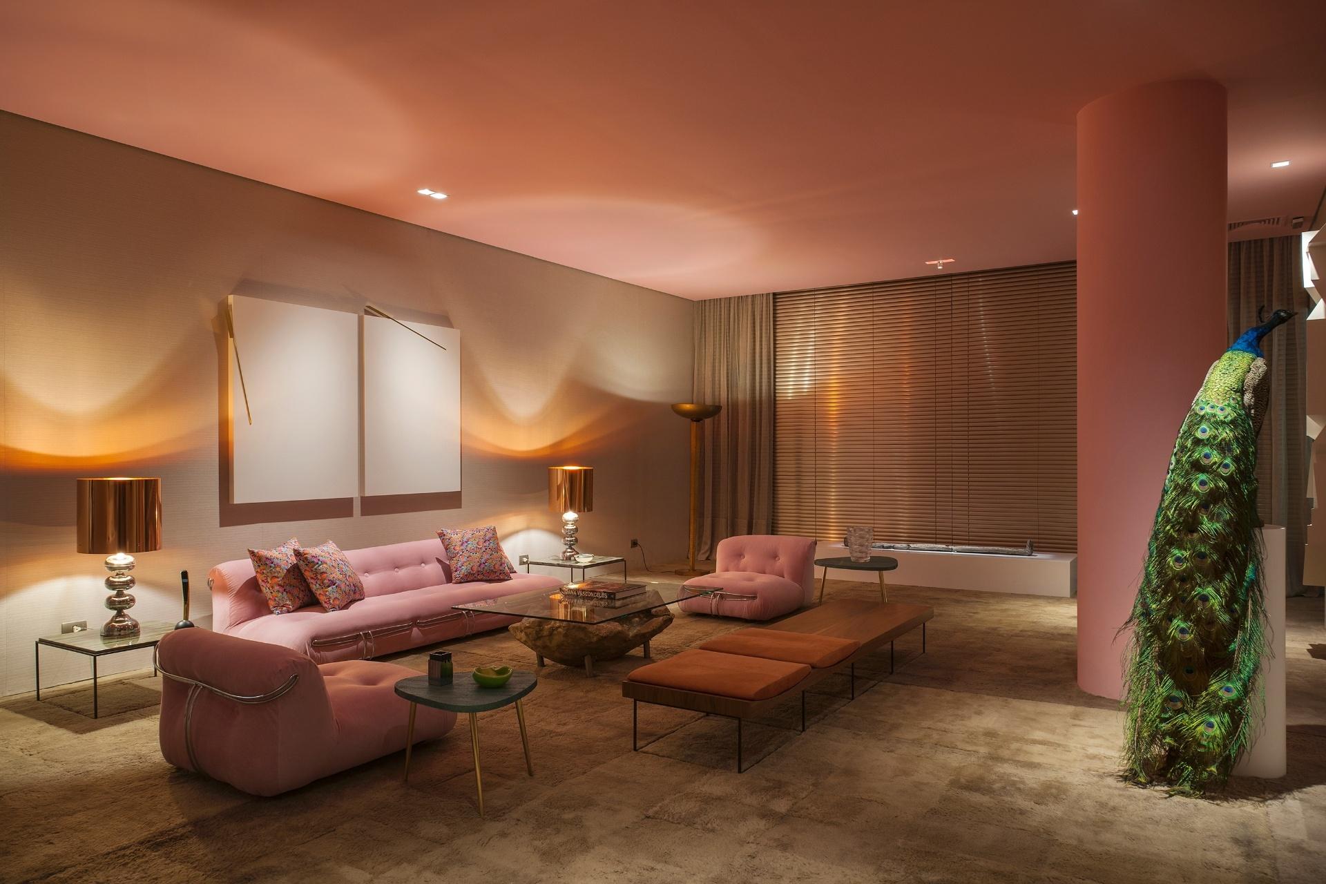 Na Sala do Pavão, de Maximiliano Crovato, os tons de rosa no teto, no pilar e nos estofados Soriana, do casal de italianos Afra e Tobia Scarpa, se unem ao
