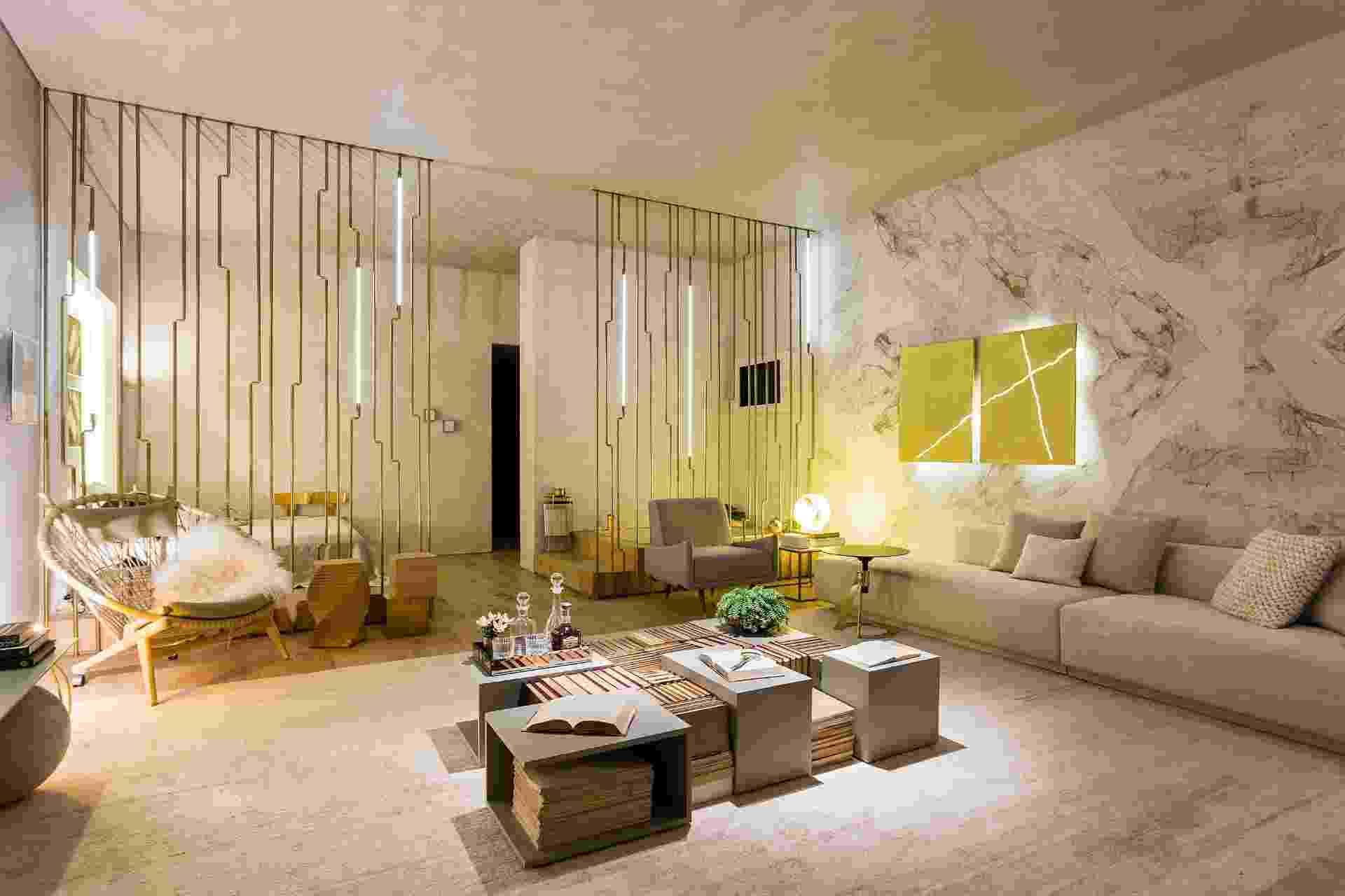 No Apartamento Black, com 60 m², desenhado pelo escritório Suite Arquitetos, estruturas formadas por finos canos delimitam a sala de estar em relação ao quarto e ao banheiro. A parede em mármore branco dá o toque de sofisticação ao projeto. A Mostra Black fica em cartaz até dia 21 de junho de 2015, na Oca - pavilhão Lucas Nogueira Garcez, no Parque Ibirapuera, em São Paulo (SP) - Ricardo Bassetti/ Divulgação