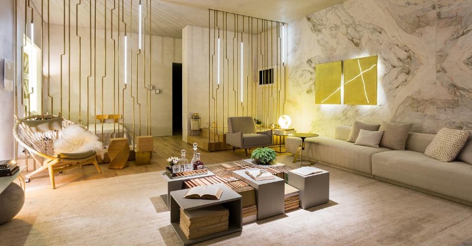 No Apartamento Black, com 60 m², desenhado pelo escritório Suite Arquitetos, estruturas formadas por finos canos delimitam a sala de estar em relação ao quarto e ao banheiro. A parede em mármore branco dá o toque de sofisticação ao projeto. A Mostra Black fica em cartaz até dia 21 de junho de 2015, na Oca - pavilhão Lucas Nogueira Garcez, no Parque Ibirapuera, em São Paulo (SP)