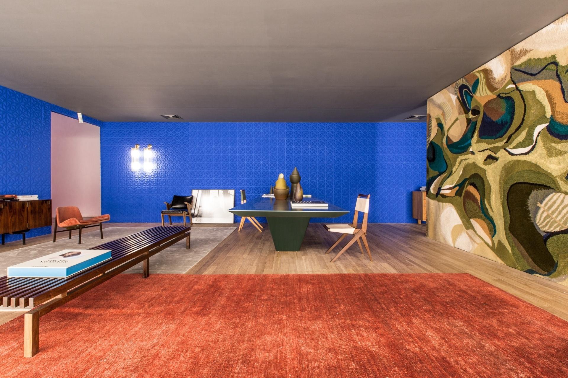 O arquiteto Guilherme Torres se inspirou na Oca e na época em que o edifício foi construído (1954) para compor o seu ambiente. A paleta de cores foi definida a partir das tonalidades da tapeçaria assinada pelo designer Jean Gillon, que cobre um das paredes (à dir.). A Mostra Black fica em cartaz até dia 21 de junho de 2015, na Oca - pavilhão Lucas Nogueira Garcez, no Parque Ibirapuera, em São Paulo (SP)
