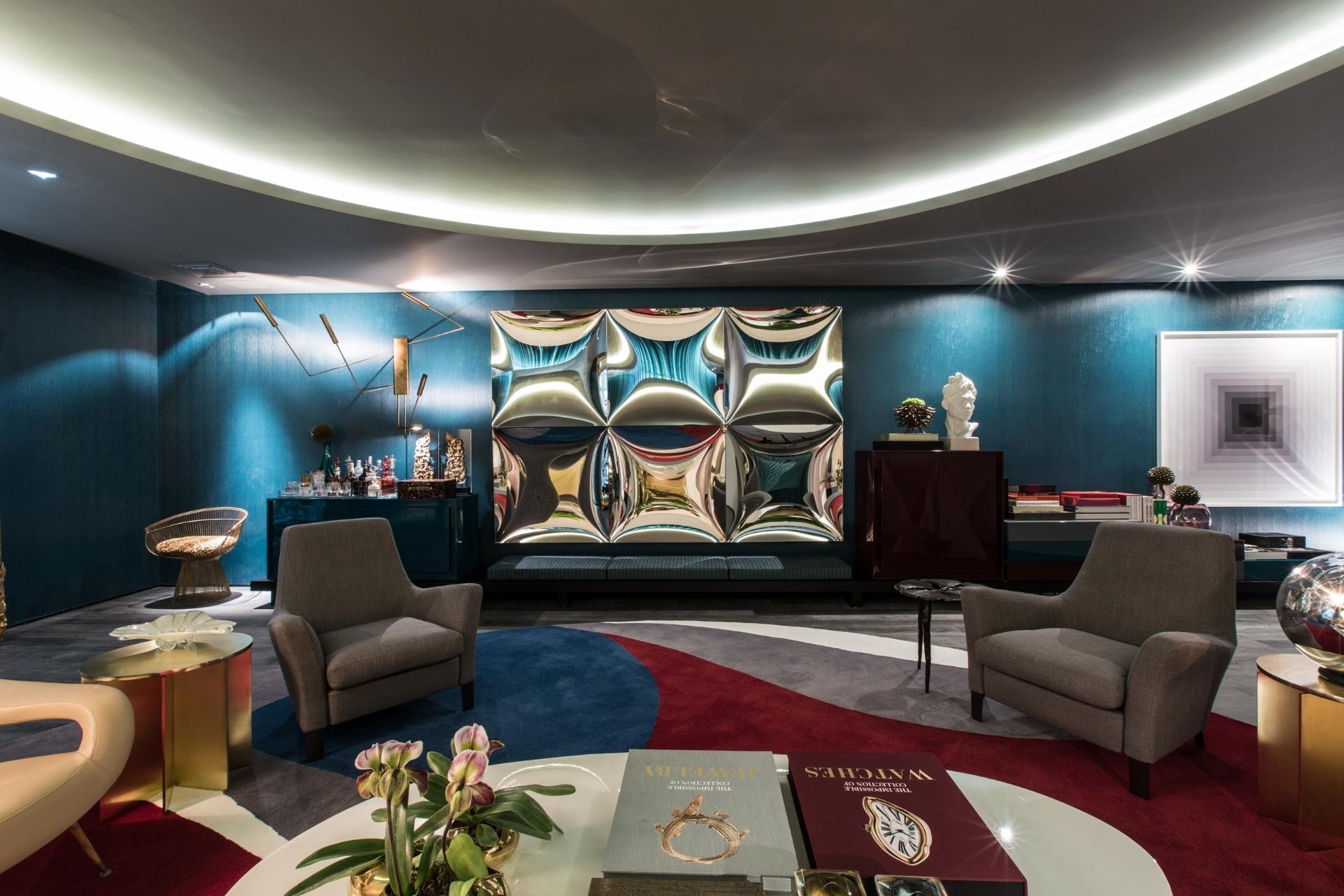 O arquiteto Roberto Migotto explora formas sinuosas e geométricas ao compor o projeto com áreas de estar (foto) e jantar. Os espelhos quadrados com face côncava (Érea) e o tapete (Botteh), em náilon com desenhos orgânicos, são exemplares dessa proposta