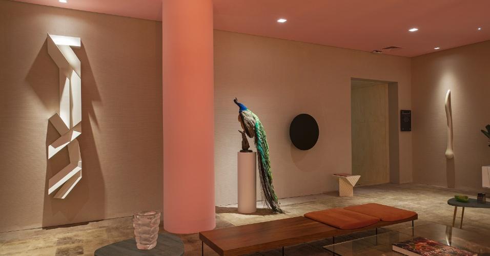 O pavão azul empalhado dá nome à sala de estar assinada pelo arquiteto Maximiliano Crovato. As cores vivas da peça exótica sobressaem em relação aos tons neutros como o rosa pastel. A Mostra Black fica em cartaz até dia 21 de junho de 2015, na Oca - pavilhão Lucas Nogueira Garcez, no Parque Ibirapuera, em São Paulo (SP)