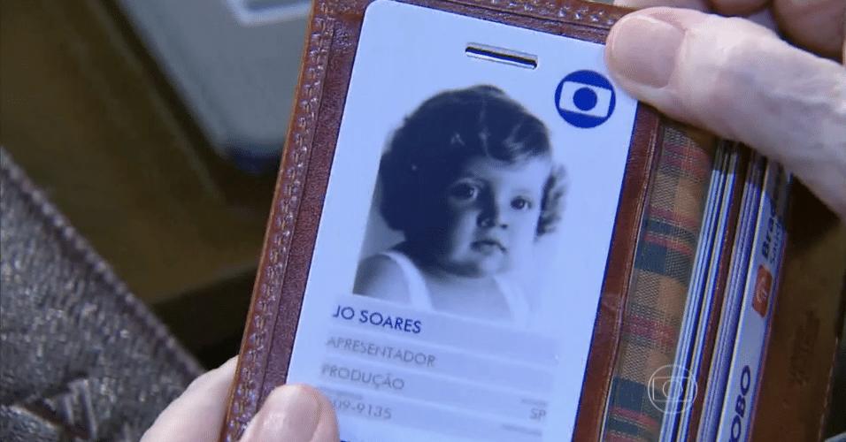 """11.jun.2015 - Jô Soares mostrou seu crachá da Globo no """"Programa do Jô"""" desta quinta-feira e surpreendeu ao revelar que, na foto, ele ainda era uma criança de um ano de idade"""