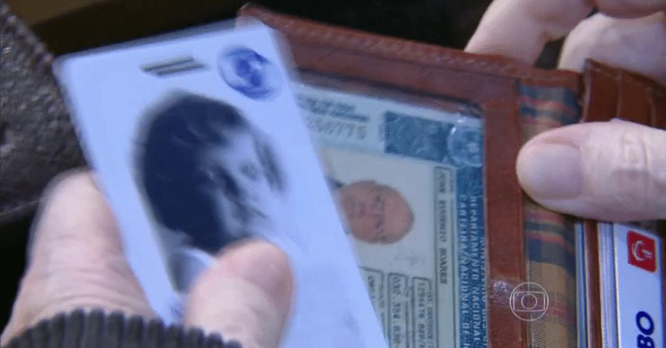 """11.jun.2015 - Jô Soares se descuida e deixa aparecer a foto de sua carteira de habilitação que estava em sua carteira durante o """"Programa do Jô"""" desta quinta-feira"""