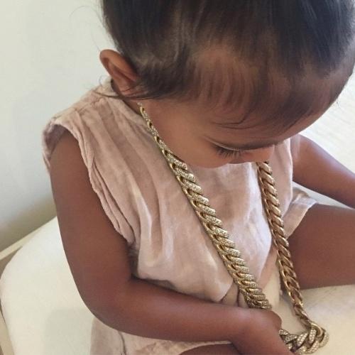 12.jun.2015 - North West, filha da socialite Kim Kardashian e do cantor Kanye West, mostrou ser uma criança poderosa.