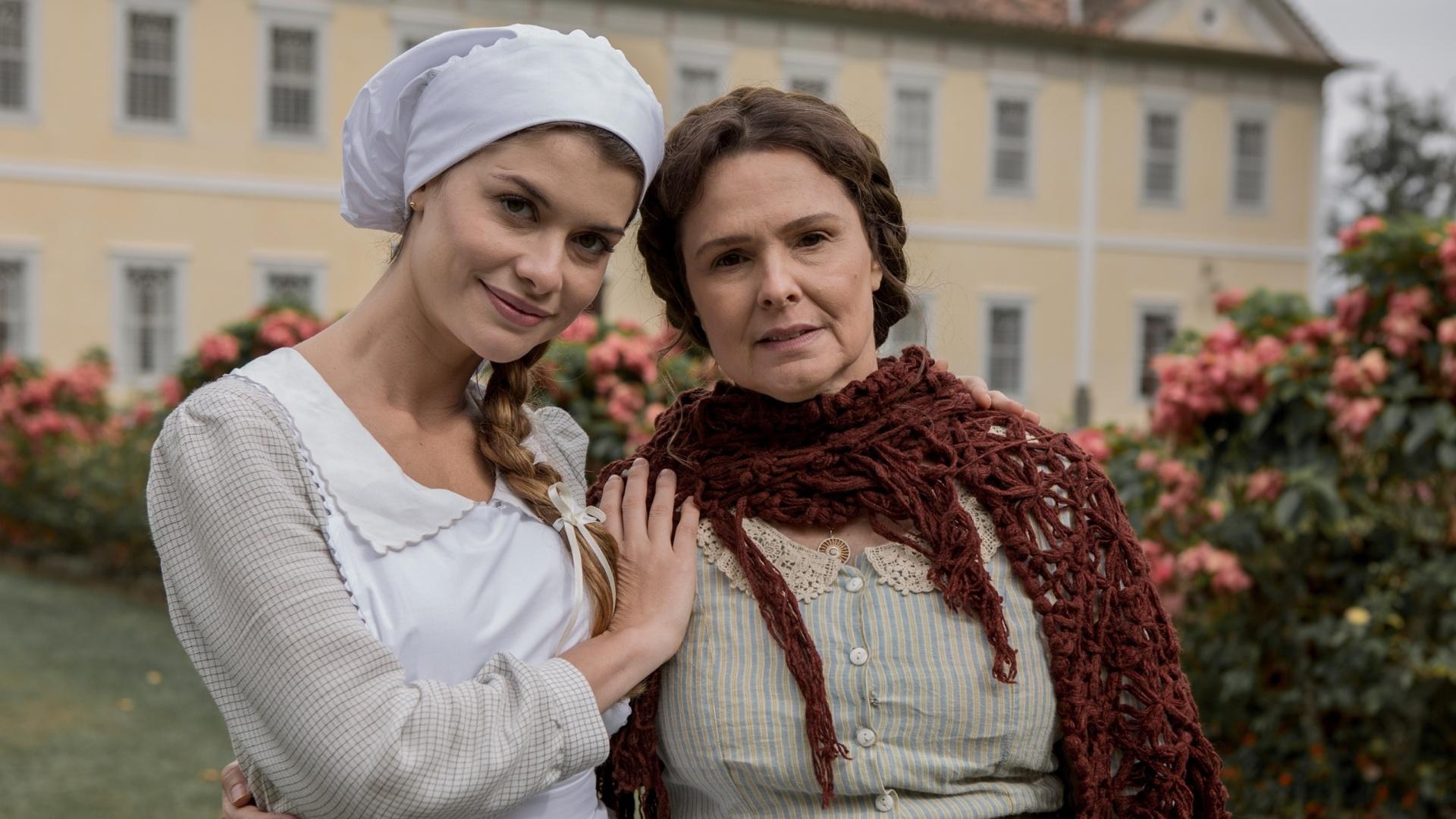 Alinne Moraes e Louise Cardoso nos bastidores da novela