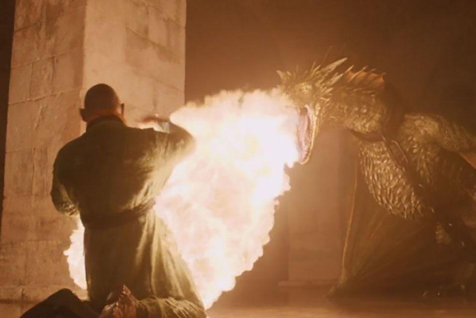 """Cidadão de Mereen é atacado por um dos dragões da rainha Daenerys (Emilia Clarke) em cena da quinta temporada de """"Game of Thrones"""""""