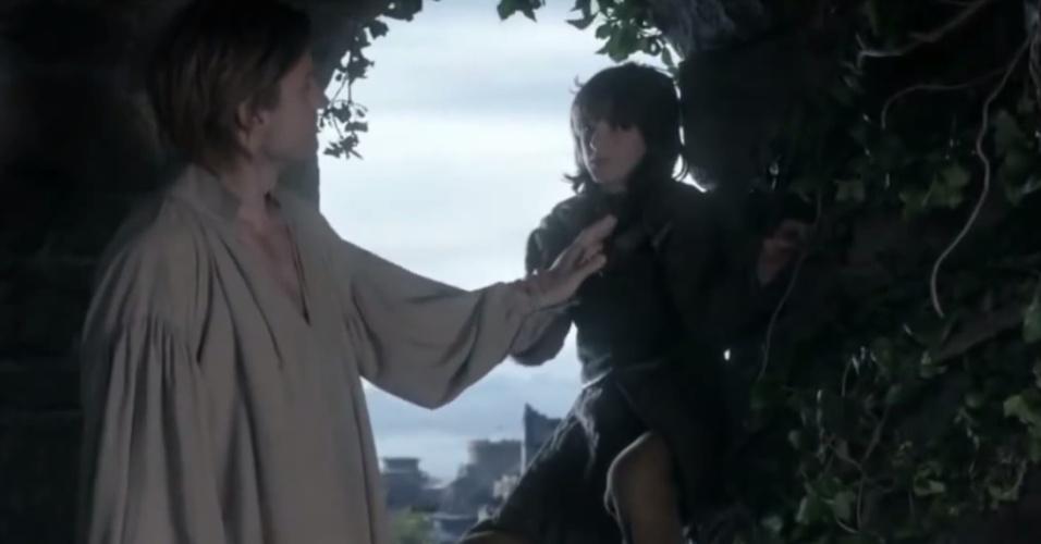 """Jaime Lannister (Nikolaj Coster Waldau) empurra Bran Stark (Isaac Hempstead-Wright) do alto de uma torre em cena da 1ª temporada de """"Game of Thrones"""""""