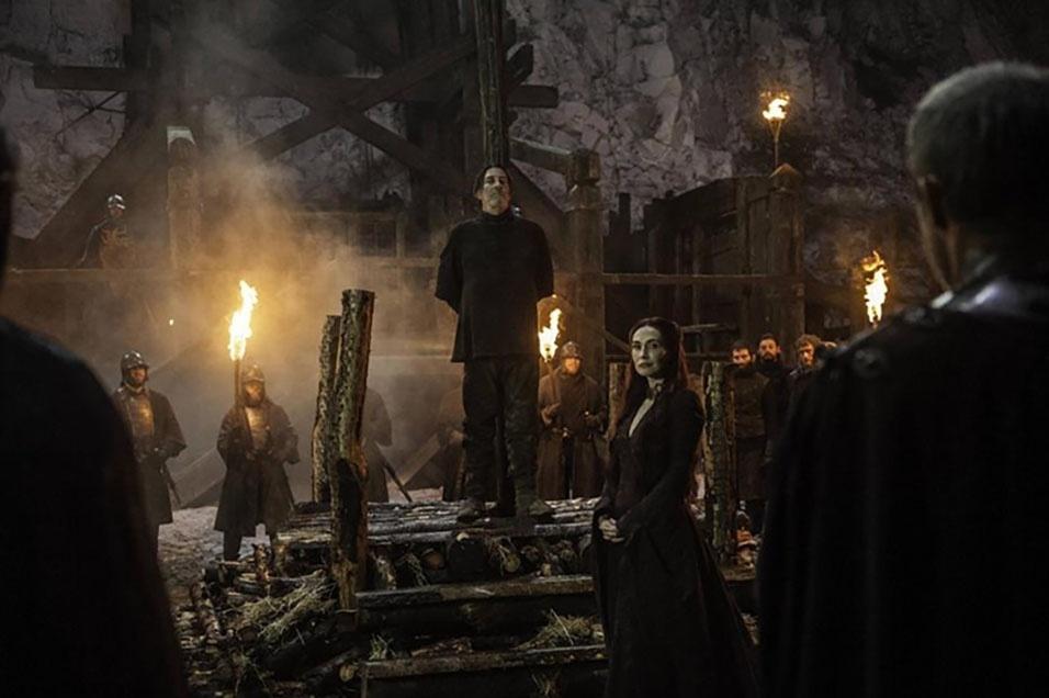 """Mance Ryder (Ciáran Hinds), rei dos selvagens, é queimado na fogueira em cena da quinta temporada de """"Game of Thrones"""""""