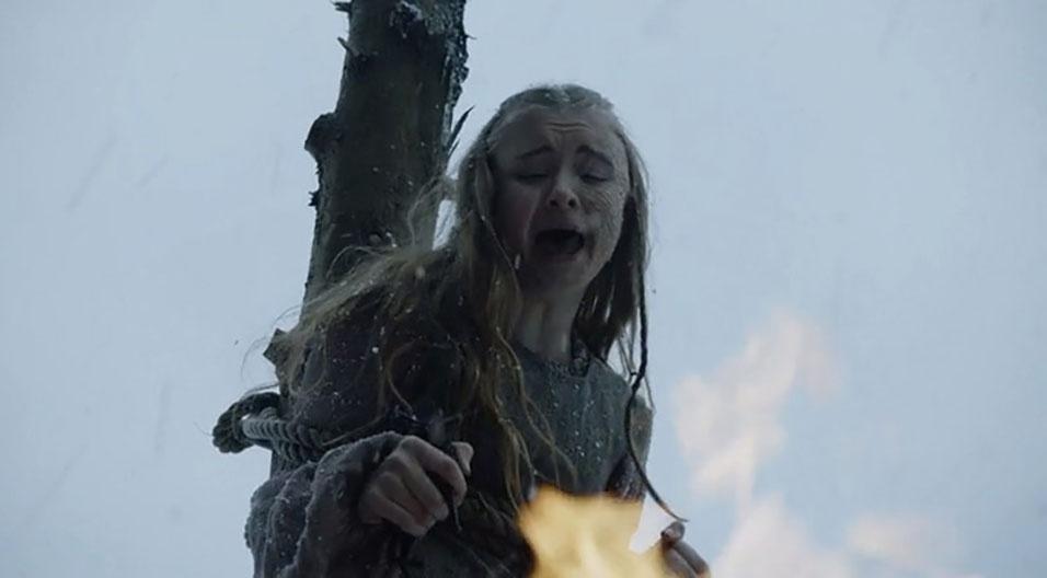 Shireen (Kerry Ingram) é queimada na fogueira a mando de seu pai, Stannus Baratheon