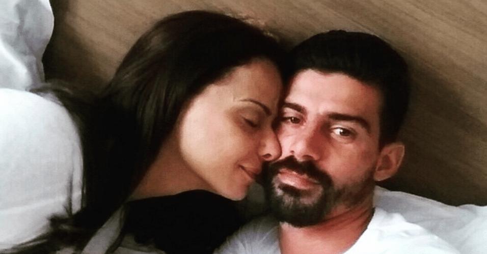 Só de olhar a foto já dá para ver que Vivianne Araujo é apaixonada por seu amado Radames Martins, mas ela reforçou e fez uma mensagem por escrito também na madrugada desta sexta-feira