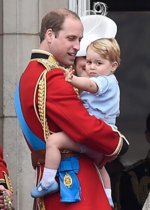 O príncipe George no colo do pai, o príncipe William