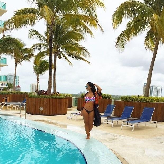 14.jun.2015 - A ex-BBB Amanda  Djehdian está trabalhando como modelo em Miami, nos Estados Unidos, mas não conseguiu resistir o calor da Flórida neste domingo (14) e resolveu dar um mergulho na piscina do hotel.  De biquíni estampado, a empresária recebeu elogios e fez questão de publicar uma foto em sua rede social desfilando na área de lazer