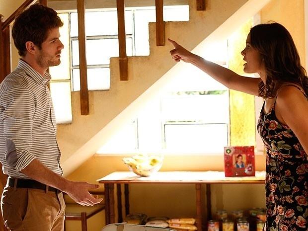 Benjamin (Maurício Destri) quer saber de Mari (Bruna Marquezine) sobre os boatos de um noivado com Grego (Caio Castro). Ela nega, mas briga feio com o arquiteto e o acusa de traição