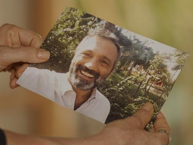 Miguel (Domingos Montagner) vai passar um tempo fora do Brasil e deixa uma foto com Lígia (Débora Bloch) para dar de presente ao filho Joaquim. O navegador pede: