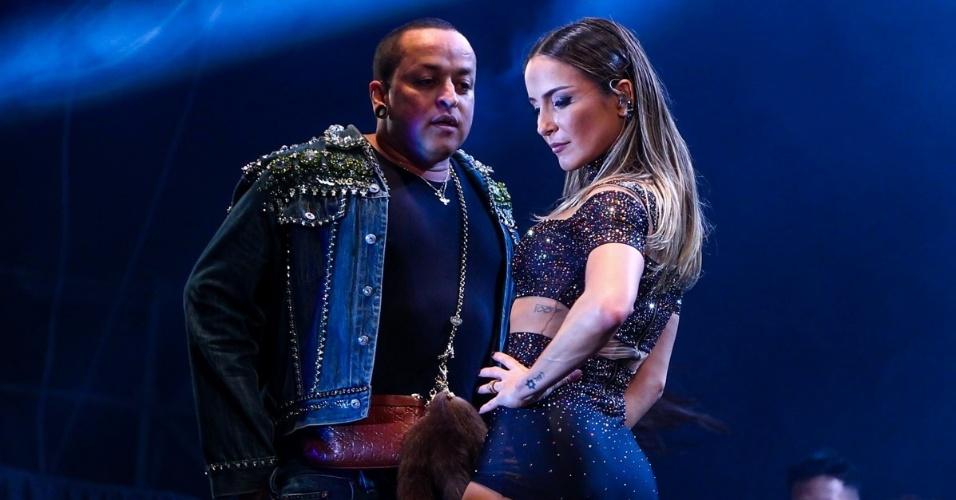 14.jun.2015 - Claudia Leitte rebola e recebe no palco o estilista Walério Araújo, durante encerramento da Festa do Peão de Americana (SP)