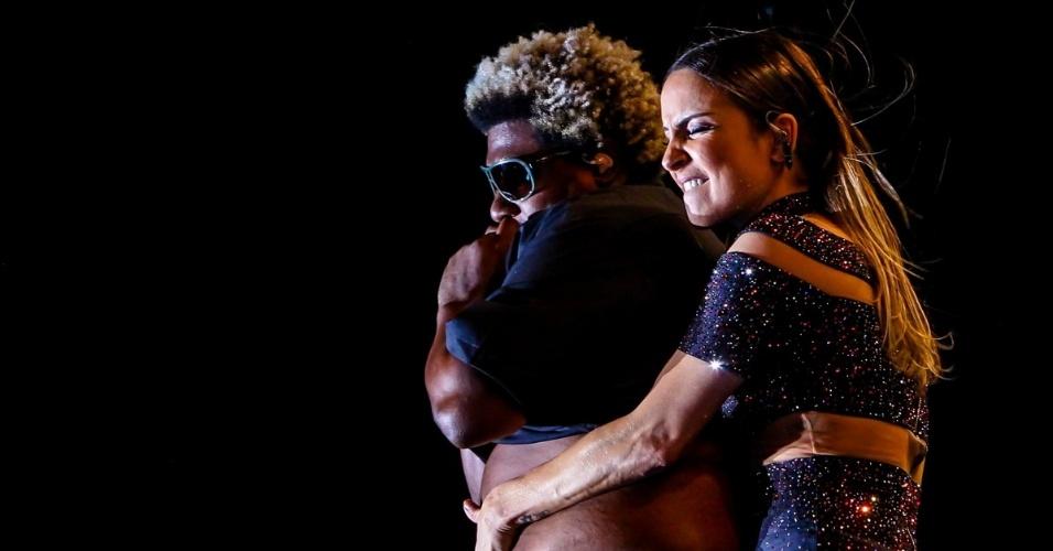 14.jun.2015 ? Claudia Leitte aperta barriga de um de seus músicos durante apresentação de seus sucessos na Festa do Peão de Americana, no interior de São Paulo