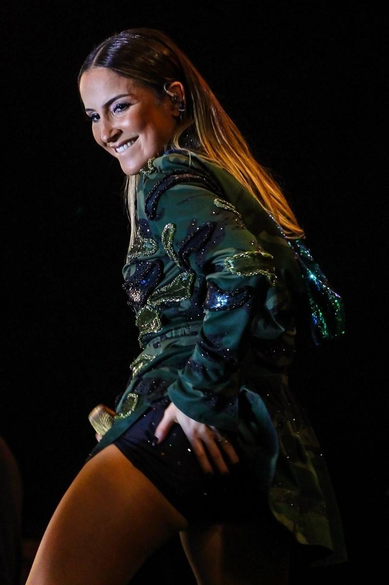 14.jun.2015 ? Claudia Leitte exibiu as pernas no encerramento da Festa do Peão de Americana (SP) de 2015
