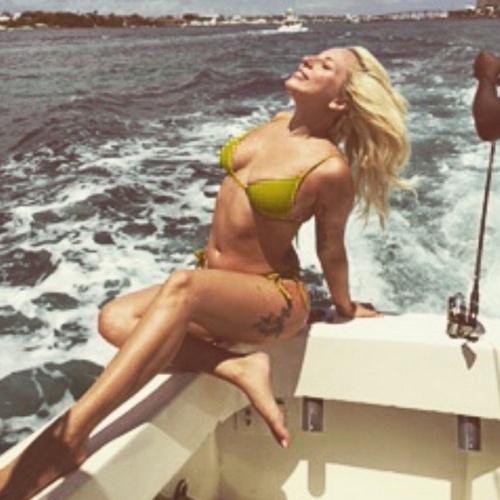 """15.jun.2015 - Após curtir um relaxante passeio de barco, a cantora Lady Gaga decidiu compartilhar o momento com seus fãs no Instagram, nesta segunda-feira. A foto em que a cantora exibe o corpo ao vestir somente biquíni, enquanto seus cabelos balançam ao vento, acabou causando confusão entre seus fãs. Muitos disseram que ela está """"gorda"""". Outros tantos elogiaram a cantora. """"Gente como a gente"""", escreveu uma. """"Como uma deusa, amo você!"""", se declarou outro"""