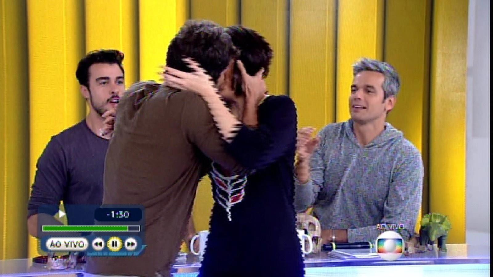 15.jun.2015 - Bruno Gagliasso entra no estúdio do programa e dá um beijo técnico em Monica Iozzi e um selinho em Otaviano Costa