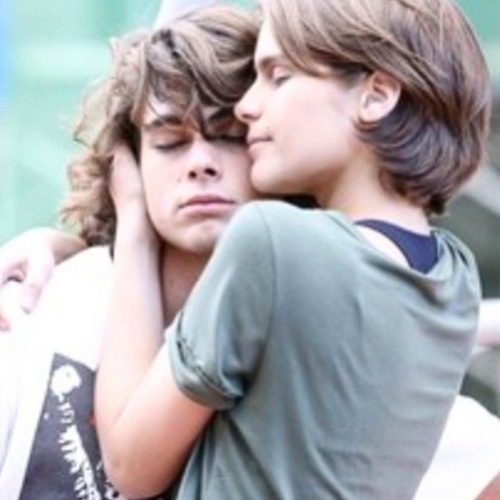 15.jun.2015 - Isabella Santoni publicou uma foto abraçando Rafael Vitti nesta segunda-feira em seu Instagram e mostrou que a amizade entre ambos continua, mesmo após o término do relacionamento amoroso que ambos mantinham.