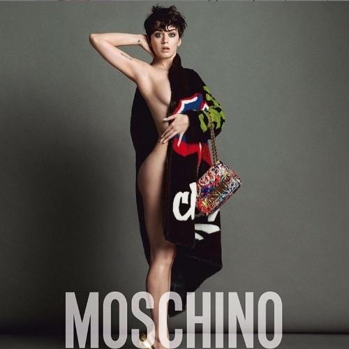 15.jun.2015 - Nova garota propaganda da grife Moschino, Katy Perry posou para a campanha da marca mostrando as curvas com o corpo coberto apenas por um casaco. Na manhã desta segunda-feira, a cantora comartilhou a foto em seu Instagram e ganhou elogios dos seus seguidores