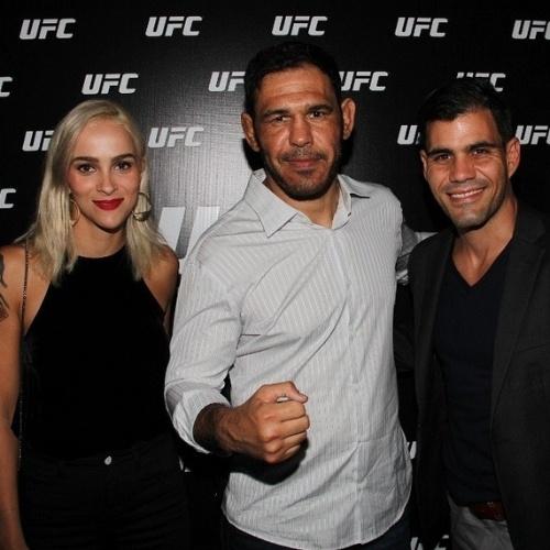 """15.jun.2015 - O ator Juliano Cazarre brincou com a sua semelhança física e a dos Minotauro e Minotouro, lutadores de UFC. Em foto publicada em seu Instagram, na noite desta segunda-feira, ele brincou: """"Tem gente que me acha parecido. Tire suas próprias conclusões"""